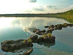 """LAGUNA LACHUÁ (Guatema)  La llaman """"el espejo del cielo"""", ya que sus aguas son tan tranquilas que reflejan al cielo. Es uno de los santuarios naturales que vale la pena proteger al máximo, pues es uno de los lugares en donde más paz existen en el país."""