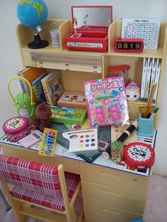 Re-ment desk stocked with Re-ment miniatures. Dollhouse Dolls, Dollhouse Miniatures, Dollhouse Ideas, Modern Dollhouse, Miniature Crafts, Miniature Dolls, Doll Crafts, Cute Crafts, Barbie Doll Accessories