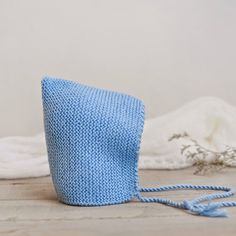 Gorro de 'duende' para bebé hecho a mano Baby Knitting Patterns, Baby Hats Knitting, Knitting For Kids, Baby Patterns, Knitted Hats, Tricot Baby, Crochet For Boys, Newborn Crochet, Baby Booties