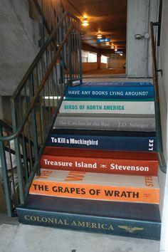 Escaleras pintadas como libros