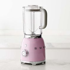 Italian-based SMEG is known for its retro-look appliances designed in collaboration with some of the world's top architects. This blender combines iconic midcentury style with modern features for smooth, powerful blending and ice crushing. Small Appliances, Home Appliances, Retro Kitchen Appliances, Kitchen Carts, Mixer, Table Vintage, Vintage Decor, Vintage Kitchen, Luxury Kitchens