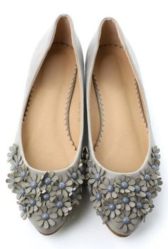 #grey floral flats http://rstyle.me/n/f994dnyg6