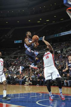 AUBURN HILLS, MI - DECEMBER 20: Kemba Walker #15 of the Charlotte Bobcats drives to the basket against the Detroit Pistons on December 20, 2013 at The Palace of Auburn Hills in Auburn Hills, Michigan. NOTE TO USER: User expressly acknowledges and agrees that, by downloading and/or using this photograph, User is consenting to the terms and conditions of the Getty Images License Agreement. Mandatory Copyright Notice: Copyright 2013 NBAE (Photo by Allen Einstein/NBAE via Getty Images)