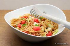 Spaghetti-Salat mit Wassermelone, Gurke, Schafskäse und frischer Minze