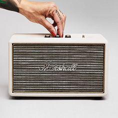 Kun jij wel een vleugje Rock 'n Roll in de keuken, slaapkamer of op kantoor gebruiken? De Marshall Acton laat je met zijn compacte formaat zelfs in de kleinste ruimtes swingen alsof je leven ervan afhangt. Kom maar op met dat Rock 'n Roll nummertje!