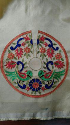 Zardozi Embroidery, Embroidery On Kurtis, Hand Embroidery Dress, Chain Stitch Embroidery, Embroidery Neck Designs, Couture Embroidery, Embroidery Works, Creative Embroidery, Embroidery Suits