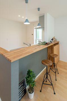 木と壁紙がカフェのよう。オシャレなキッチンカウンター。 愛知(豊橋・豊川・新城)の注文住宅なら「ハピナイス」。あなたらしさをプラスしたデザイン注文住宅。ライフスタイルに合わせて、暮らしを楽しむオンリーワンの家づくりをいたします。 #キッチン #キッチンカウンター #カフェ #デザイン住宅 #工務店 #注文住宅 Kitchen Interior, Room Interior, Kitchen Decor, Kitchen Design, Kitchen Ideas, Home Furniture, Furniture Design, Cute Room Decor, Fashion Room