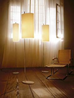 Moderen AJ Royal vloerlamp gemaakt door santacole en ontworpen door Arne Jacobsen