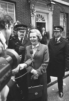 """""""As pessoas acham que no topo não há muito espaço. Elas tendem a pensar no topo como um pico do Everest. Minha mensagem é que há uma imensidão de espaço no topo.""""  - Margaret Thatcher  #now #nowmaste #namaste"""