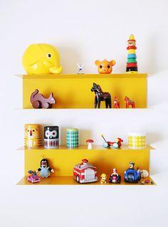 Kirkkaankeltaiset metallihyllyt ovat riemukas väripilkku lapsen huoneessa. Värikäs hylly antaa uudenlaisen taustan esineille ja on kuin pieni taideteos, joka erottuu valkoisesta seinästä. Hyllyyn voi koota rakkaimmat lelut. Floating Shelves, Kids, Home Decor, Young Children, Boys, Decoration Home, Room Decor, Wall Shelves, Children