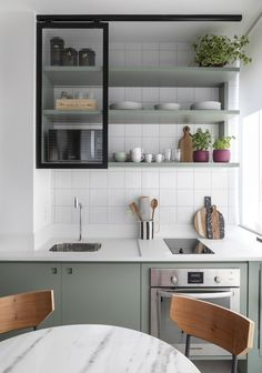 Apartamento de 30 m² tem espaço para tudo (Foto: Evelyn Müller ) Let us see Small Kitchen Ideas and Designs. Kitchen Ikea, Home Decor Kitchen, Rustic Kitchen, Interior Design Kitchen, New Kitchen, Kitchen Cabinets, Kitchen Modern, Kitchen Industrial, Kitchen Lamps