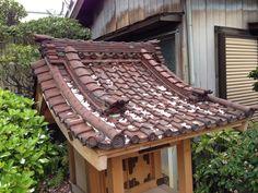 裏庭の祠に使われてた瓦がミニチュアサイズでいい感じ。