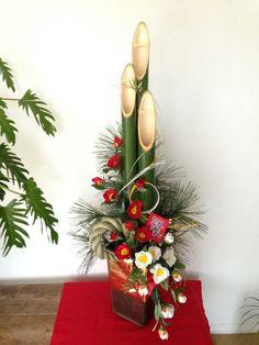 シンプル・お洒落・モダン門松 Tropical Centerpieces, Tropical Flower Arrangements, Christmas Flower Arrangements, Chinese New Year Flower, Japanese New Year, Ikebana, Flower Words, Flower Letters, Table Flowers