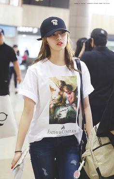 Minatozaki Sana of Twice Kpop Girl Groups, Korean Girl Groups, Kpop Girls, Kpop Outfits, Girl Outfits, Korean Airport Fashion, Sana Momo, Sana Minatozaki, Twice Sana