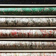 Paris Paper Tour : vous reconnaissez ? > Devinettes plus ou moins faciles, pour vous présenter un extrait de ce qu'on l'on trouve dans mon guide. http://julieauzillon.tictail.com/  Le plus grand choix de papiers marbrés de Paris, c'est ici ! Une idée ?                                              dans la photo: papiers marbrés de Flavio Aquilina chéz Relma_ Tiger eye marbled paper and Moiré spanish marbled paper by F. Aquilina