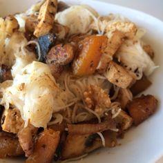 Fideos chinos de arroz con calabaza, champis y tofu.