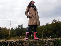 Kalosze Dr Martens i trencz/ Dr Martens Wellingtons and trench coat. Dr. Martens, Trench, Raincoat, Michael Kors, Jackets, Fashion, Rain Jacket, Down Jackets, Moda