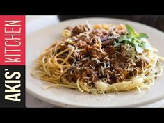 Quick Bolognese pasta by Greek chef Akis Petretzikis. A classic Italian recipe made super quick and easy to help you make the tastiest best Bolognese dish ever! Chef Recipes, Cookbook Recipes, Sweets Recipes, Greek Recipes, Italian Recipes, Dinner Recipes, Cooking Recipes, Yummy Recipes, Dinner Ideas