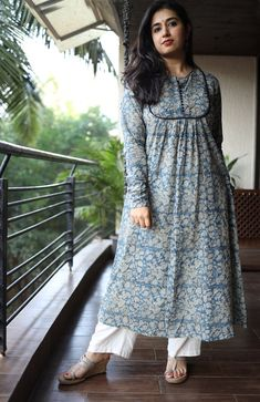 So nice and pretty outfit. Simple Kurta Designs, Kurta Designs Women, Salwar Designs, Kurti Designs Party Wear, Blouse Designs, Latest Kurti Designs, Pakistani Dresses Casual, Pakistani Dress Design, Printed Kurti Designs