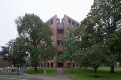 https://flic.kr/p/azJcZG | library at Phillips Exeter Academy, Exeter, NH | D607_001 23/09/2011 : Exeter, NH, Main St: library at Phillips Exeter Academy (Louis I. Kahn, 1965-71)