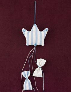 www.mpomponieres.gr Κρεμαστή μπομπονιέρα βάπτισης μαξιλαράκι κορώνα από βαμβακερό ύφασμα σε σιέλ-λευκή ρίγα, με κρεμαστά ριγέ και πουά πουγκάκια, όπου μπαίνουν τα κουφέτα. Τα χρώματα κατόπιν συννενοήσης μαζί μας μπορούν να προσαρμοστούν κατά την αρέσκειά σας. Σε όλες τις μπομπονιέρες μαξιλαράκι μπορεί να προστεθεί αποξηραμένη λεβάντα ώστε να μπορεί να χρησιμοποιηθεί και ως αρωματικό. http://www.mpomponieres.gr/mpomponieres-vaptisis/fouskoti-mpomponiera-vaptisis-korona-me-pougkakia.html