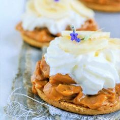 A quick caramel bite with fresh cream and banana.