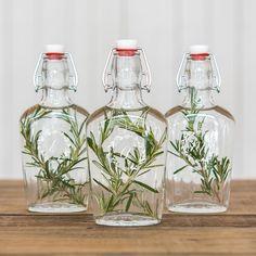 Glass bottle with swing stopper personalised / Glazen fles met beugel botanical gepersonaliseerd / Shop all your botanical weddingdecorations here: https://www.weddingdeco.nl/