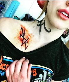 How about that demonic rune 😱 What're your thoughts on the mid season finale? Kat Mcnamara, Katherine Mcnamara, Clary Et Jace, Clary Fray, Cassandra Clare, Shadowhunter Tattoo, Chibi Tokyo Ghoul, Shadowhunters Season 3, Shadowhunters The Mortal Instruments