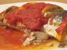 Macrou cu roşii, usturoi şi lămâie la cuptor Romanian Food, Ratatouille, Thai Red Curry, Seafood, Meat, Chicken, Ethnic Recipes, House, Sea Food