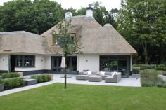 Outdoor Lifestyle exclusieve loungesets - Nieuwbouw villa Blaricum - Hoog ■ Ex. Thatched House, Thatched Roof, Cottage Homes, Cottage Style, Modern Exterior, Exterior Design, Different House Styles, Dutch House, Modern Bungalow