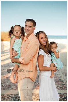 Are you looking for some great family beach picture ideas? Family beach picture ideas funny family beach photos and family beach pictures with baby. Summer Family Photos, Family Beach Pictures, Family Pics, Fall Family, Family Beach Portraits, Family Posing, Beach Foto, Best Family Beaches, Family Photo Colors