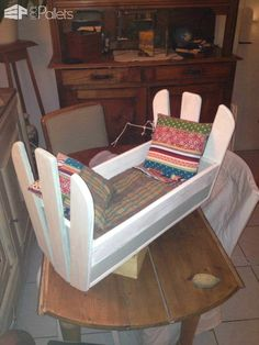 Pallet Kids Chair & Doll Cradle Fun Pallet Crafts for Kids Pallet Projects Diy Garden, Wood Pallet Recycling, Recycled Pallets, Recycling Ideas, Wood Projects, Pallet Crates, Wood Pallets, 1001 Pallets, Pallet Wood