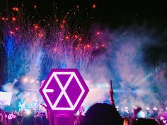 EXOdicted is a fansite that give you the latest news about the K-Pop group EXO. Here you will find pictures, songs, translations, subbed videos. Lightstick Exo, Chanyeol Baekhyun, Park Chanyeol, L Wallpaper, Exo Album, Exo Concert, Exo Lockscreen, Wattpad, Chanbaek