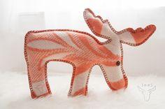Nog oude dekens in huis? Je kunt er de leukste dierfiguren mee maken. Sewing Stuffed Animals, Stuffed Animal Patterns, Felted Wool Crafts, Vintage Blanket, Diy Pillows, Diy Doll, Diy Projects To Try, How To Feel Beautiful, Softies