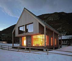 Nel cuore del parco nazionale sloveno Triglav, la casa è stata costruita rispettando i parametri tradizionali di dimensioni e materiali