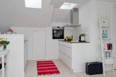 tapis de cuisine en rose et rouge comme accent cool dans la cuisine blanche