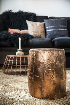 Such a strong, yet delicate and golden side table. A contemporay living room ambience