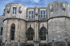 """Palis de Justice de Poitiers,  12°s; - C'est à partir de 1372, sous le régne de Charles V, le connétable Bertrand du Guesclin, revenant d'Espagne, reprend une à une les provinces cédées aux Anglais lors du traité de Brétigny. Depuis 13 ans, les villes du Poitou sont aux mains de chevaliers anglais, """"galopant"""" de forteresse en forteresse et """"tracassant amèrement le plat pays, rançonnant tellement qu'après eux, il ne convenait y envoyer personne""""."""