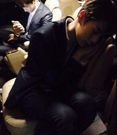 A SeungJun tired meanwhile Inseong on his phone! ahahahah