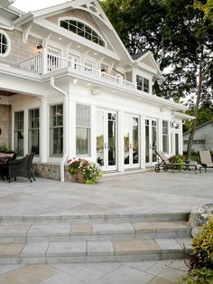 Украшение стеклянного дома белого цвета в викторианском стиле с террасой