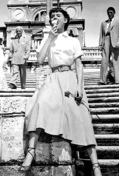 Audrey Hepburn in Roman Holiday vacances Audrey Hepburn Mode, Audrey Hepburn Roman Holiday, Audrey Hepburn Photos, Audrey Hepburn Fashion, Holiday Fashion, Trendy Fashion, Chubby Fashion, 40s Fashion, Trendy Style