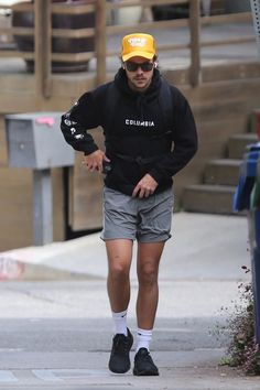 hsd-candids: Harry on a hike in LA yesterday -. Harry Styles Baby, Harry Styles Fotos, Harry Styles Mode, Harry Styles Pictures, Harry Edward Styles, Harry Styles Fashion, Harry Styles Style, Best Dressed Man, Mr Style