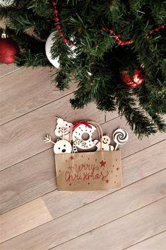 Versier de kerstboom met deze prachtige kersthangers van hout! Decorate the Christmas tree with these beautiful wooden Christmas hangers! #christmas #christmas2020 #2020 #christmasiscoming #xmas #kersthangers #Kerstdeco #Christmasdeco Eigenschappen: Set van 6 houten kersthangers 3 mm dik berkenhout Afmetingen : +/-8-9cm cm Scherp uitgesneden met prachtige contouren door onze lasersnijmachine Christmas Deco, Christmas Ornaments, Hanger, Holiday Decor, Home Decor, Xmas Ornaments, Homemade Home Decor, Christmas Decor, Christmas Jewelry