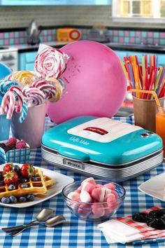 Urządzenie z serii Party Time marki Ariete sprawdzi się podczas urodzinowego przyjęcia, spotkania z przyjaciółmi, czy niedzielnego śniadania. Gofrownica posiada miejsce na dwa gofry. Powierzchnia grzejna jest nieprzywierająca, dzięki czemu unikniemy przyklejenia się ciasta do powierzchni i ułatwimy bezpieczne wyciąganie słodkości oraz późniejsze czyszczenie gofrownicy. Zorganizuj imprezę lat 60-7-80-tych!!! Party Time, Waffles, Brunch, Birthday Cake, Desserts, Food, Retro, Products, Tailgate Desserts