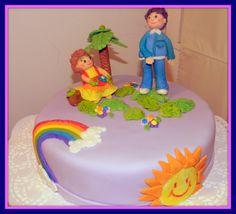 Rica torta de bizcocho nuez rellana con manjar y crema... Forrada en fondant y decorada con figuras de niños en un jardín!!!