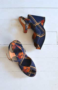 Amazing vintage 1970s navy blue and orange floral print fabric platforms with open toe, ankle strap and vibram sole. ✂-----Measurements  fits like: us