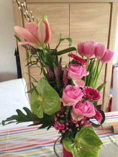 Bouquet lineal Art Floral, Glass Vase, Table Decorations, Plants, Furniture, Home Decor, The Creation, Flower Art, Decoration Home
