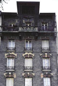 Immeuble du 140 rue Noisy-le-Sec à Bagnolet  Adresse : 140, rue Noisy-le-Sec, Bagnolet, France  Datation XXe siècle    Ce bâtiment typiquement Art nouveau, en briques grises, est surmonté d'une superbe mosaïque, et ses décorations émeraude égayent la couleur un peu terne de la façade.