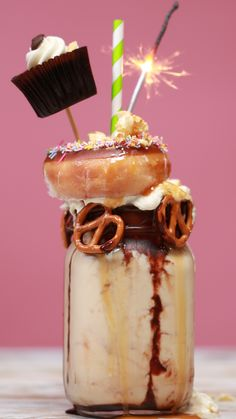 Chocolate Caramel Freakshake Get your freak (shake) on Köstliche Desserts, Delicious Desserts, Dessert Recipes, Yummy Food, Health Desserts, Tasty, Chocolate Protein Shakes, Chocolate Shake, Fruit Snacks