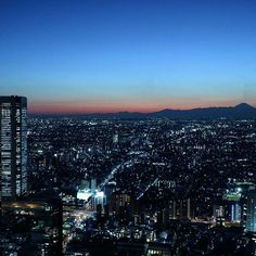 Instagram【nekotea_skywalker】さんの写真をピンしています。 《Tokyo Cityscape At Night With Skyscrapers And Mountain. 都庁南展望室より #富士山 #夜景 #新宿 #都庁展望台 #夕焼け空 #mtfuji #nighttime #nightview #nightphotography #nightscape # sunsetsky#tokyo #skyscraper #japan #cityscape #eyeem #explorejapan #mountain #japannightview #urbanlandscape》